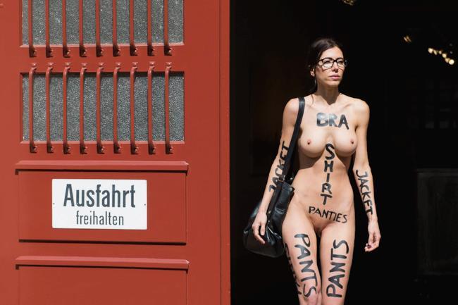 L'artista Milo Moiré all'uscita di casa nuda
