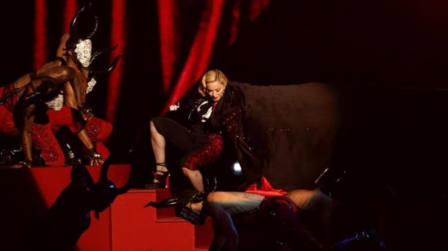 Madonna mentre si esibisce ai Brit Awards 2015