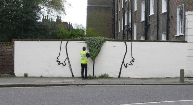 Street art di una donna nuda su un muro