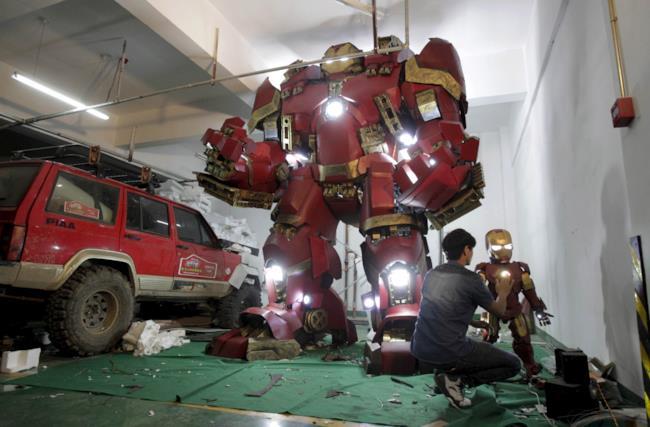 I modellini di Iron Man e Hulkbuster ricreati da un fan