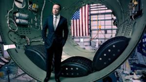 Elon Musk all'interno di una navicella SpaceX