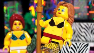 Due figurine del LEGO strip club