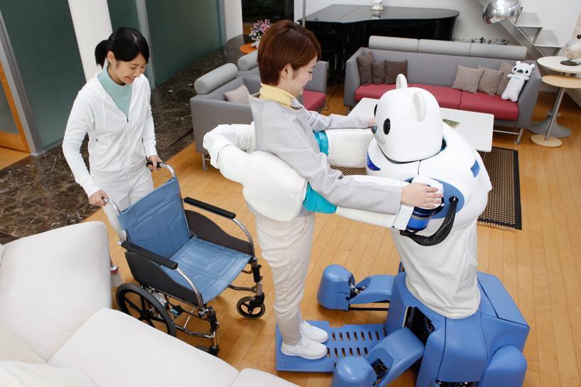 ROBEAR aiuta una paziente ad alzarsi in piedi