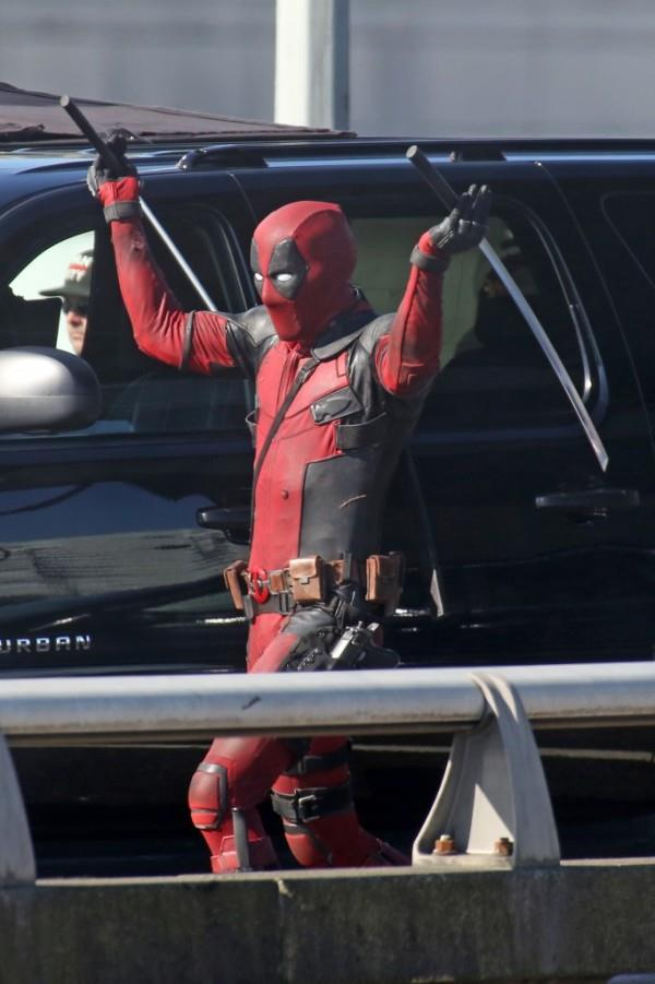 Deadpool con le sue katane sul set del film