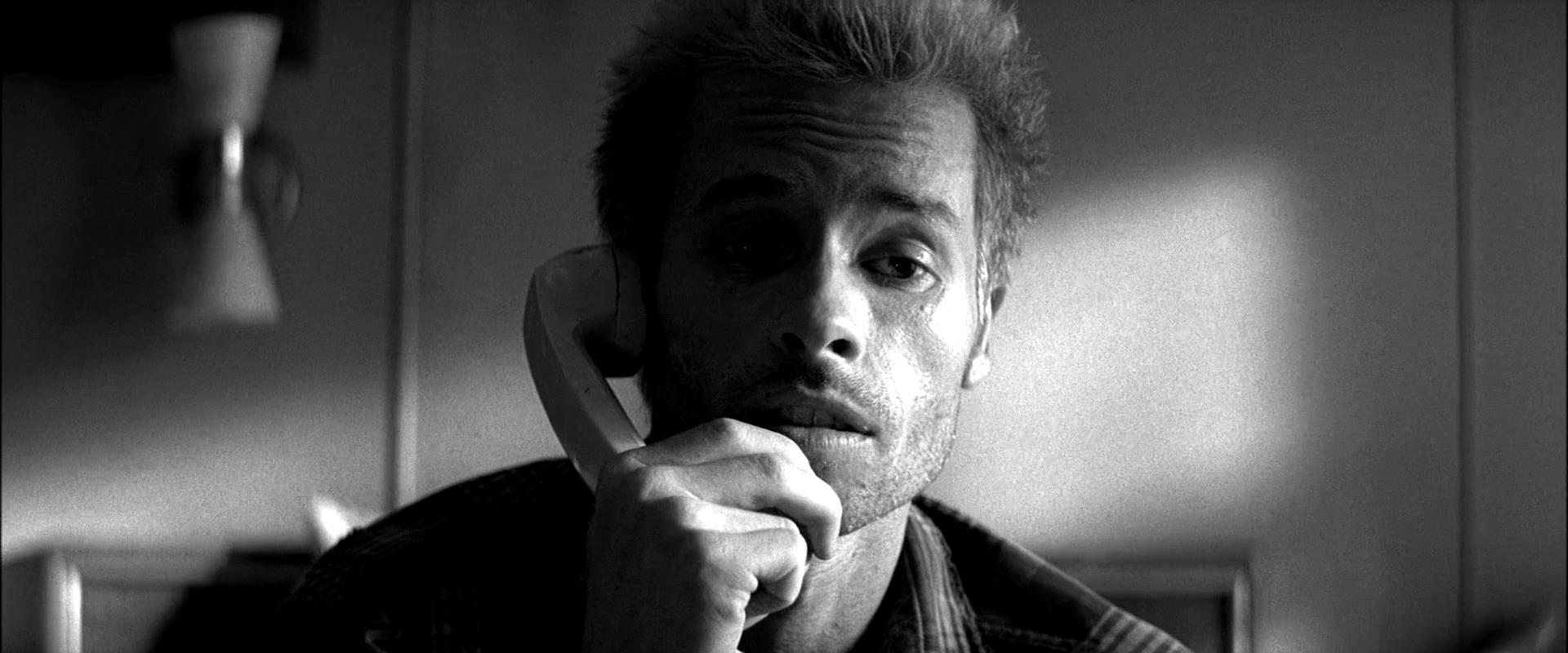 Guy Pearce, protagonista di Memento, in un flashback del film.