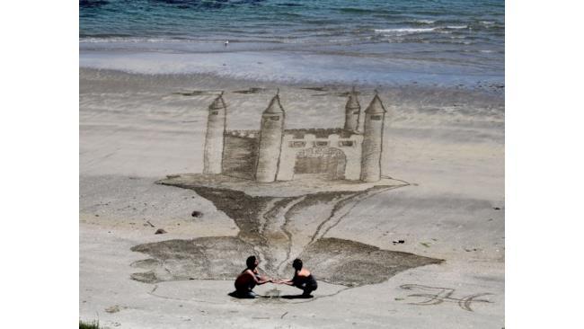 Illusione 3D sulla spiaggia: castello