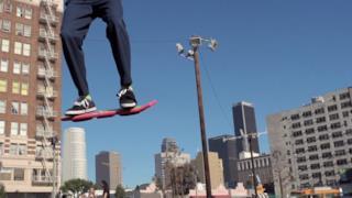 Uno skateboard che si solleva da terra