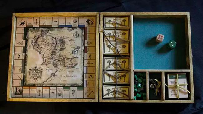 La scatola aperta del Monopoly del Signore degli Anelli, rigorosamente, homemade