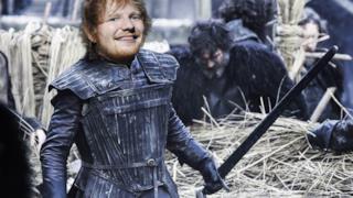 Ed Sheeran sul corpo di Jon Snow