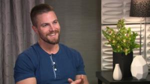 Il sorriso di Stephen Amell in un'immagine tratta da un'intervista