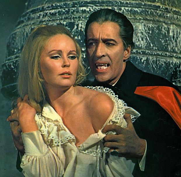 Christopher Lee e Veronica Carlson in Dracula has risen from the grave