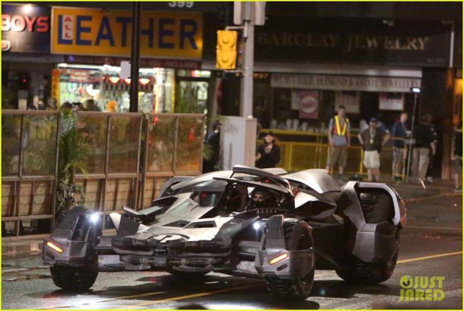 La Batmobile sfreccia sul set di Suicide Squad
