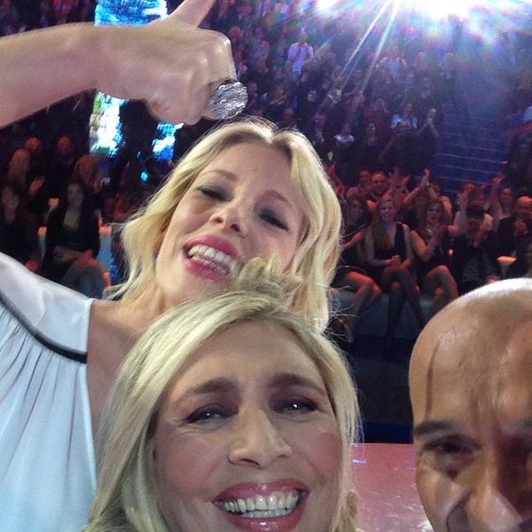 Mara Venier si fa un selfie con la Marcuzzi e Signorini