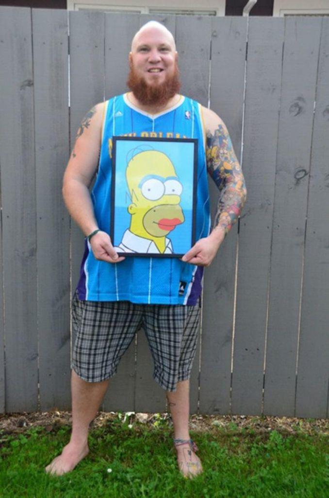Lee Weir con un quadro di Homer Simpson