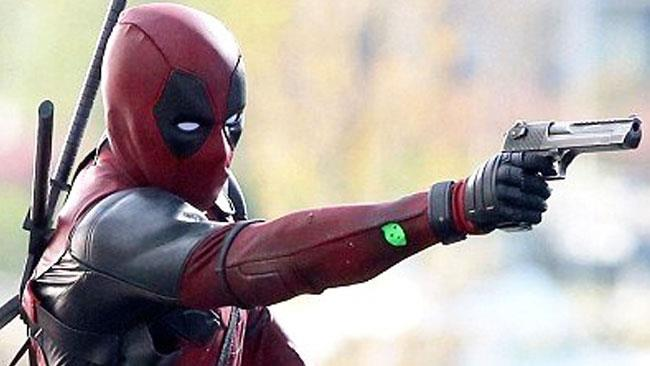 Ryan Reynolds in costume sul set di Deadpool