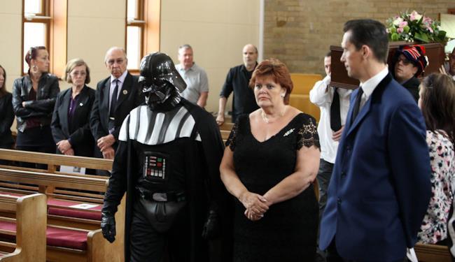 Darth Vader celebra il funerale a tema Halloween