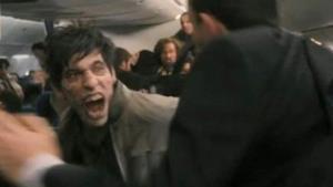 Uno zombie su un aereo nell'episodio speciale di The Walking Dead