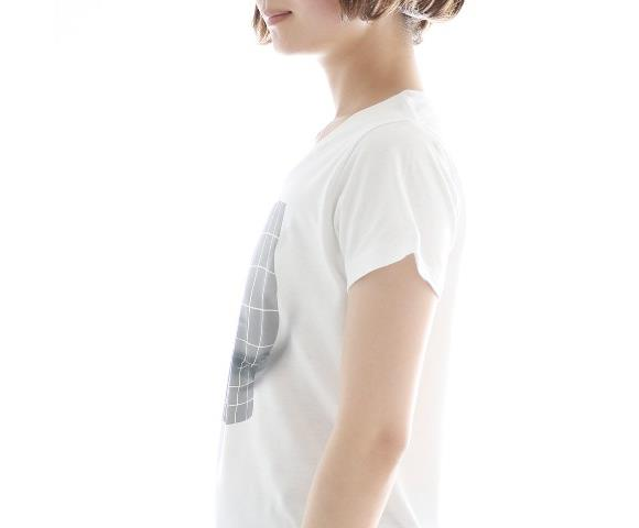 Una foto di lato della miracolosa T-shirt