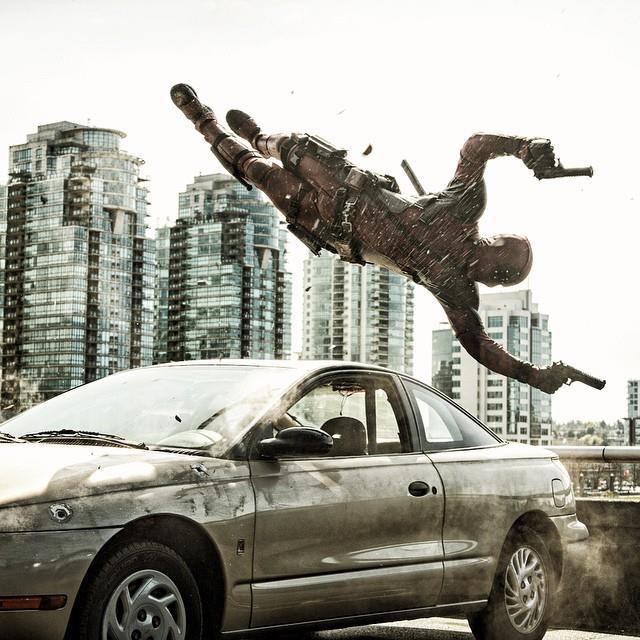 Il nuovo scatto dal set di Deadpool con Wade Wilson che fa un'acrobazia