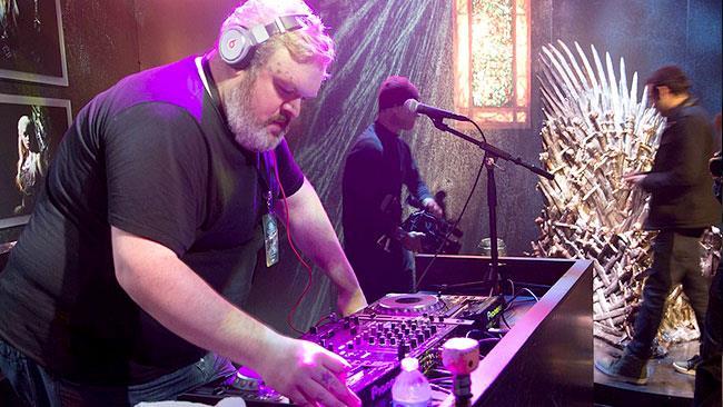 Kristian Nairn fa il DJ a un evento di Game of Thrones