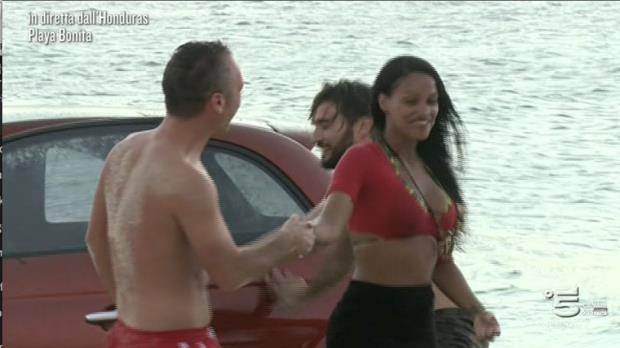 Isola dei Famosi: Playa Bonita e l'auto Fiat rossa
