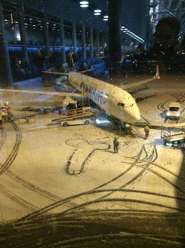 La foto virale del pene disegnato dai dipendenti di Ryanair