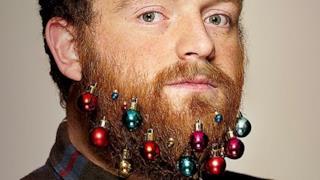 Decora così la tua barba per Natale e farai anche una buona azione