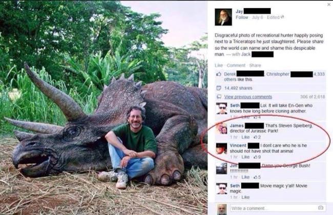 Foto di Spielberg accanto ad un triceratopo meccanico