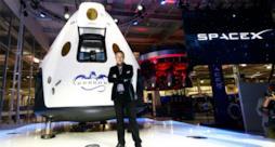 Elon Musk vicino a un modulo spaziale