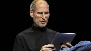 Steve Jobs con il suo iPad
