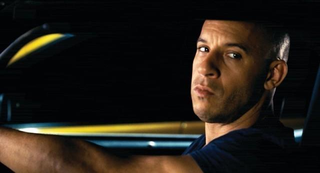 Vin Diesel alla guida di una macchina