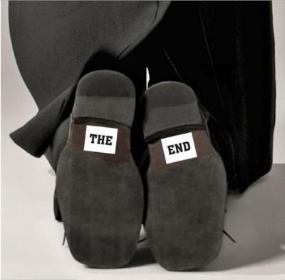 le scarpe dello sposo con una scritta simpatica