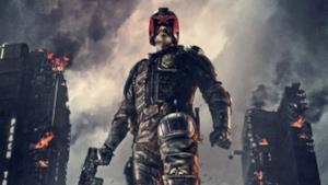 Karl Urban veste i panni di Judge Dredd in un'immagine dal film