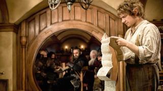 Bilbo e i Nani in una scena de Lo Hobbit