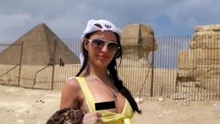 La protagonista del video porno alle piramidi di Giza