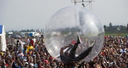 Akon in Congo canta dentro una sfera per non farsi contagiare