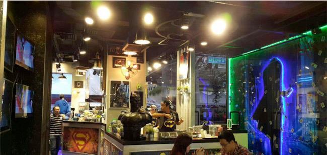 Una vista interna del ristorante fast-food DC Comics Cafe