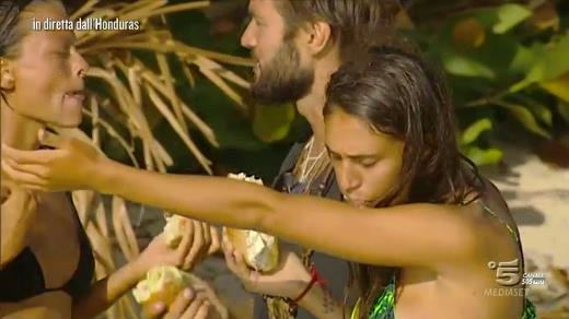 Cecilia Rodriguez e naufraghi mangiano panini sull'Isola dei Famosi