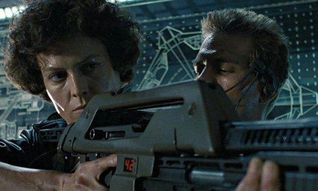 Sigourney Weaver con Michael Biehn in una scena di Alien