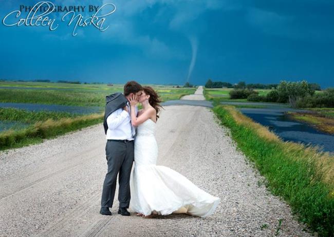 Tornado dietro alla coppia di sposi