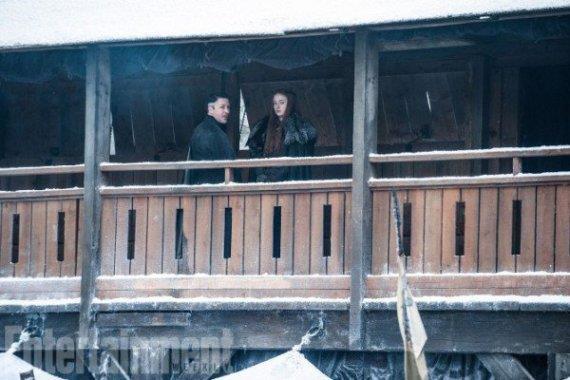 sansa e ditocorto sul set della 7 stagione di Game of Thrones