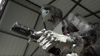 il robot FEDOR i n primo piano