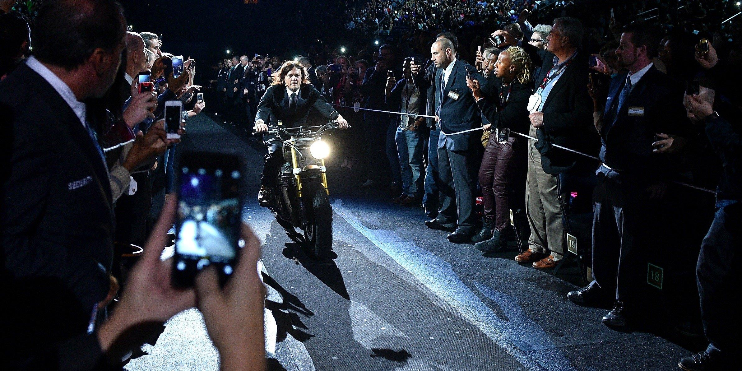 Norman Reedus entra al Madison Square Garden in motocicletta