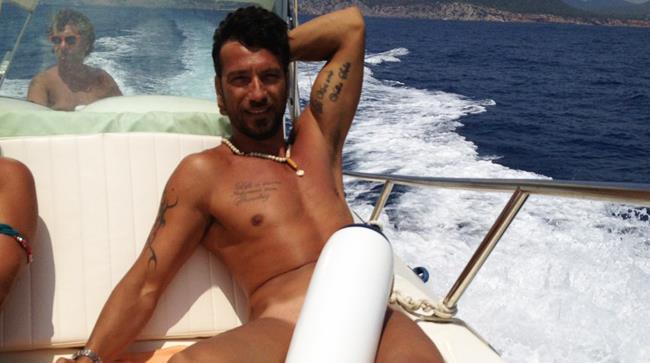 Costantino Vitagliano nudo in barca
