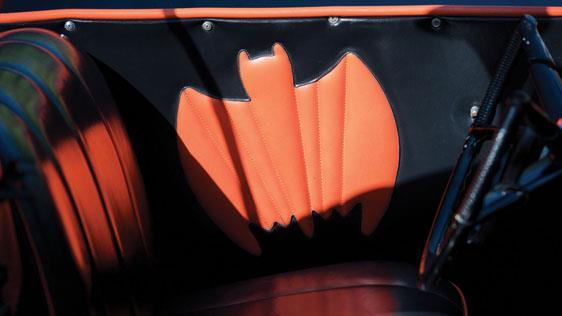 Il simbolo di Batman all'interno della Batmobile del 1966