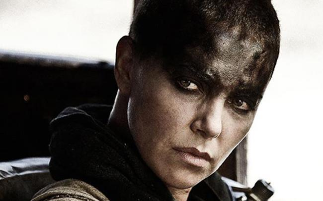 Charlize Theron (Furiosa) in una scena di Mad Max: Fury Road