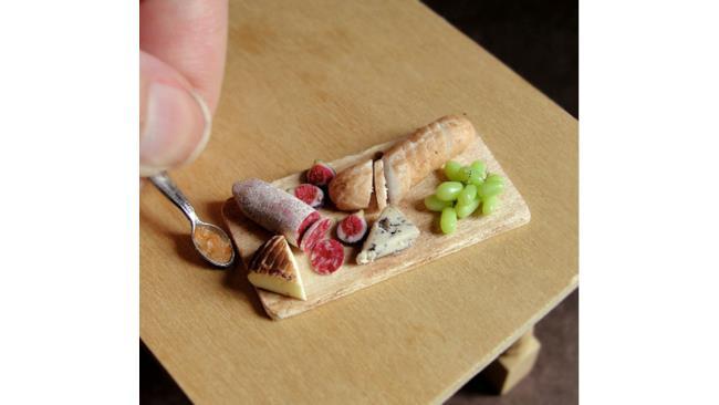 Tagliere di salame, formaggi, baguette, fichi e uva