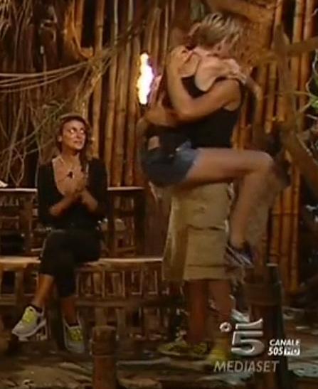 Cristina Buccino mostra odio mentre la moglie di Alex Belli si arrampica su di lui