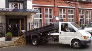 Camion che scarica un carico di letame