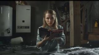 Un'immagine dallo spot per il libro che si autodistrugge
